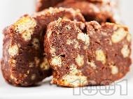 Рецепта Сладък шоколадов салам с банани, бисквити и стафиди за десерт